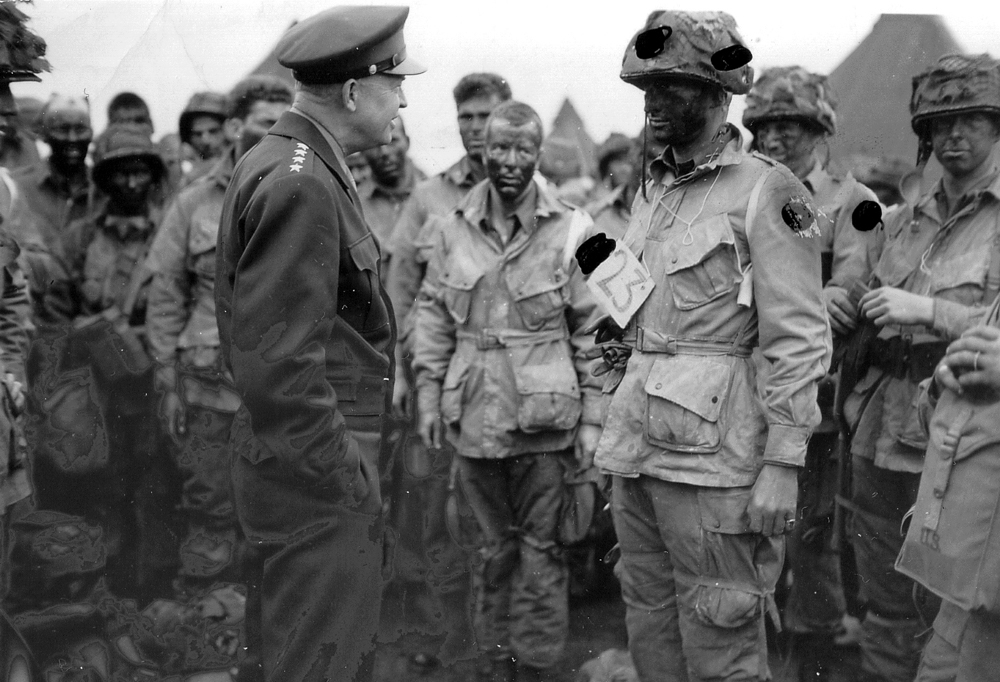 General Eisenhower meeting troops from the US 101st Airborne Division at Greenham Common near Newbury, only hours before they take off for France. (Photo: Photo: Conseil Régional de Basse-Normandie / US National Archives)